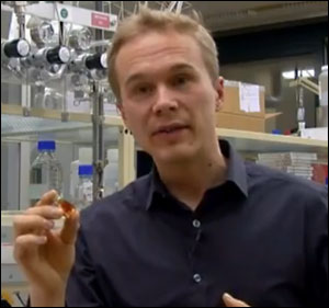 Kevin Sivula explains the supereconomical method to convert sunlight into hydrogen in this still from an EPFL video on the project.