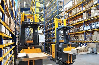 Autonomous pallet transporters move through production halls and warehouses without collisions.