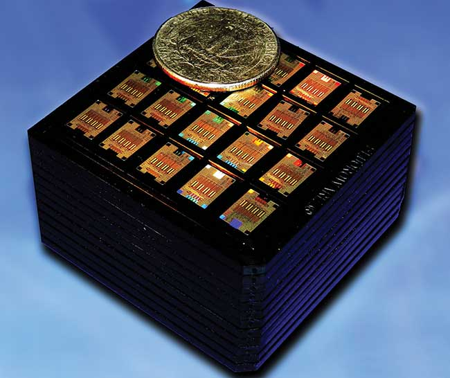 Several hundred monolithic chips incorporating optical and electrical circuits are combined in a cassette to demonstrate 100-Gbps transmission suitable for deployment in cloud servers, datacenters and supercomputers.