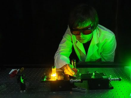 Erik Schartner using the optical fiber probe.
