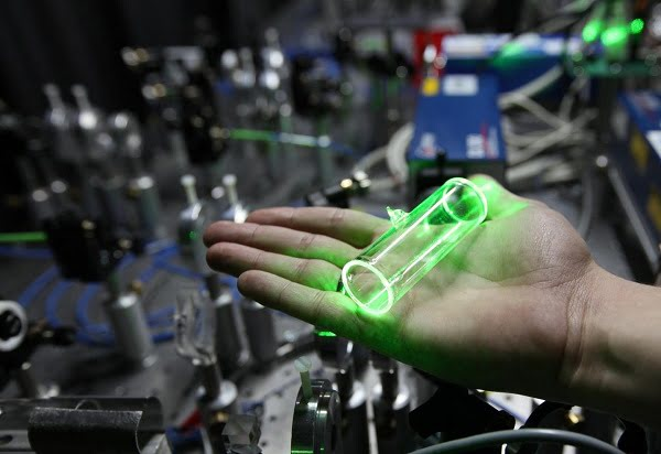 The heart of the system to generate groups of photons is a glass cell filled with hot gas vapor