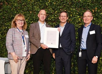 Margit Krause-Bonte (Corporate Human Resources), Dr. Ulrich Simon (Head of Corporate Research & Technology) and President & CEO Dr. Michael Kaschke (from right to left) congratulate the new Fellow, Dr. Rudolf von Bünau. Courtesy of Zeiss.