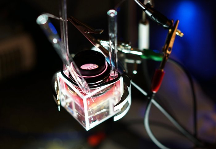 Electrotuneable Nanoplasmonic Liquid Mirror, Imperial College London.