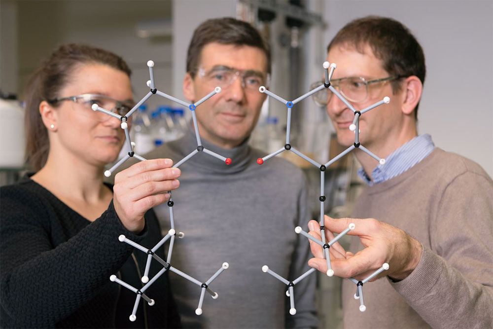 Photochemical deracemization of chiral compounds - Alena Hoelzl-Hobmeier and Andreas Bauer as well as Prof. Thorsten Bach (center) with the two enantiomers of one of the allenes studied. TUM.