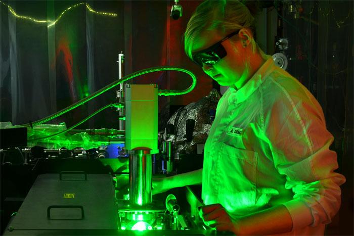 Filming motion of electrons using ultrafast camera, Kiel University.
