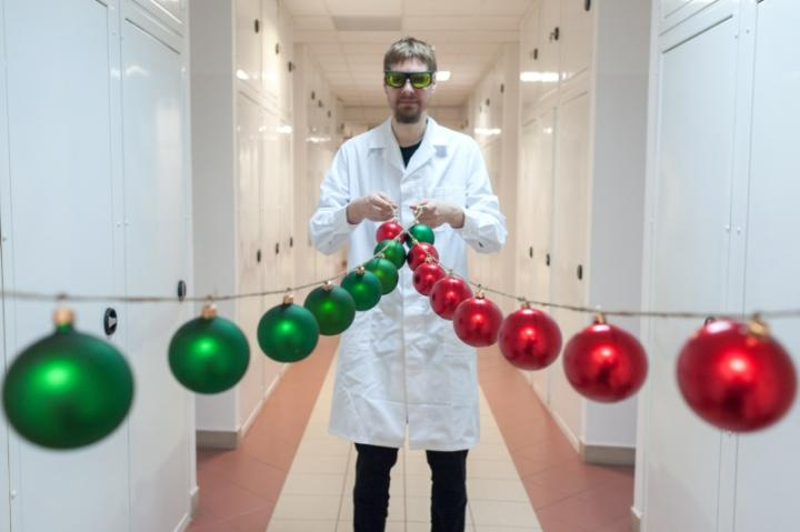 Dr. Tomasz Kardas from the Laser Center of the Institute of Physical Chemistry of the Polish Academy of Sciences and the Faculty of Physics, University of Warsaw, in a festive way visualizes the beams of ultra-short laser pulses, simulated by Hussar software.