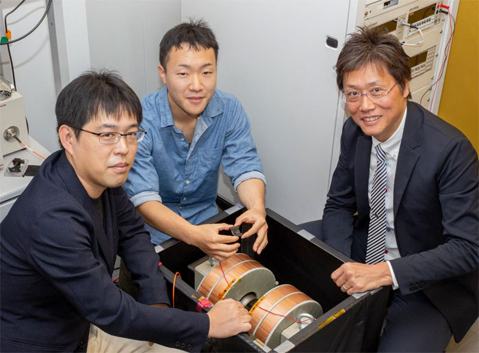 Hajime Nakanotani (left), Ryo Nagata (center), and Chihaya Adachi (right) at Kyushu University's Center for Organic Photonics and Electronics Research (OPERA).