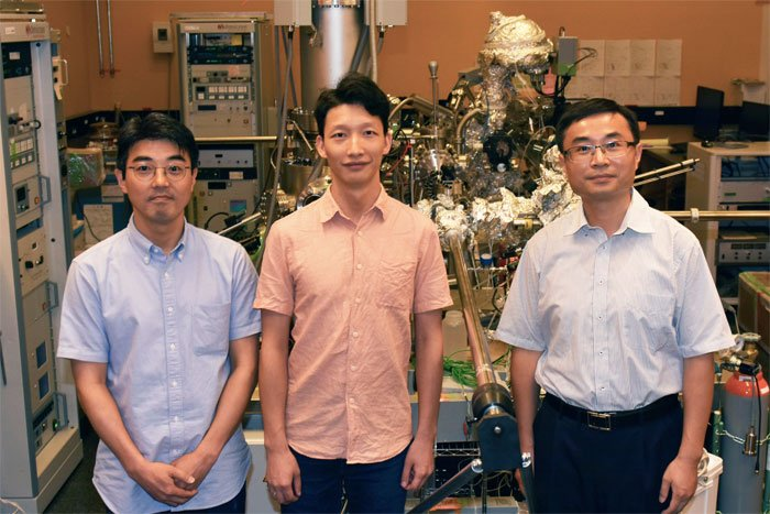 (l) to (r): Researchers Luis Ono, Longbin Qiu, and professor Yabing Qi, all of the Energy Materials and Surface Sciences Unit. Courtesy of OIST.