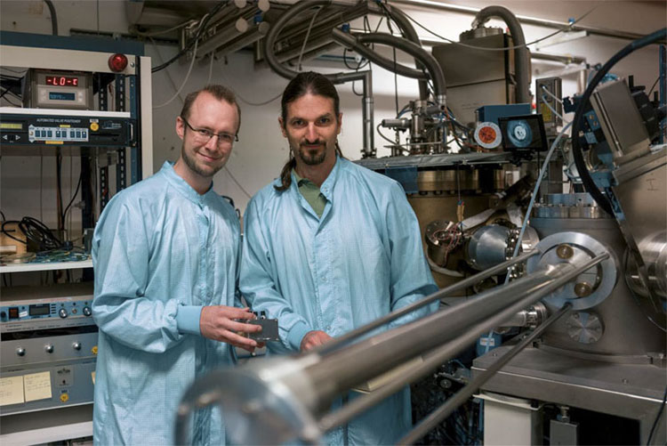 Sven Scholz (l) and Arne Ludwig generating quantum dots in semiconductors. Courtesy of RUB, Kramer.
