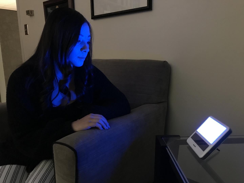 """연구원 Cami Barnes는 블루 라이트 장치를 테스트합니다.  UArizona, William""""Scott""""Killgore 제공."""