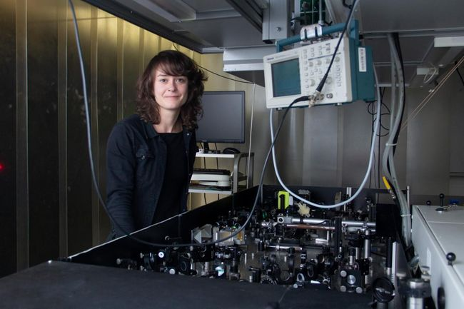 Claudia Gollner and the laser system at TU Wien. Courtesy of TU Wien.