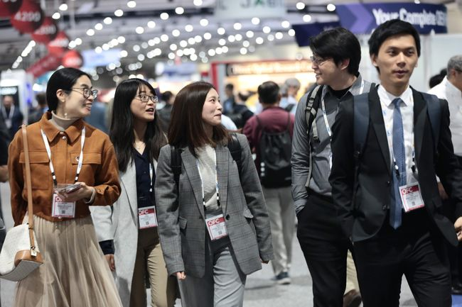 isitors at OFC 2019 chat while browsing the exhibition hall. Courtesy of OSA.