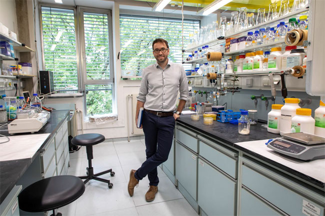 In 2018, TU Graz protein designer Gustav Oberdorfer received a European Research Council (ERC) Starting Grant for his work on sustainable light sources. Courtesy of Lunghammer/TU Graz.