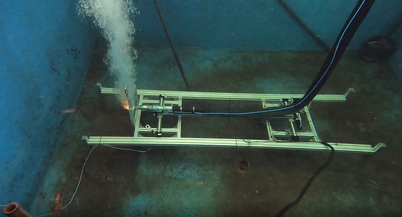 Successful test in the Underwater Technology Center Hanover, at a water depth of four meters, the scientists could successfully cut through stainless steel sheets. Courtesy of LZH.